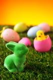 Ostern-Kaninchen und verzierte Eier auf dem Gras Lizenzfreie Stockfotos
