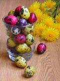 Ostern-Karte: Eier mit Blumen - Fotos auf Lager Stockfoto