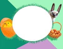 Ostern-Karte - ein Huhn, ein Kaninchen und ein Korb mit Eiern lizenzfreie stockfotos