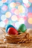 Ostern-Karte, farbige Eier im Nest Toy Bicycle mit einem Warenkorb Stockbild