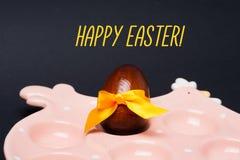 Ostern-Karte: Huhn, Ei mit gelbem Bogen Glückliches Ostern-Feiertagskonzept Stockfotos