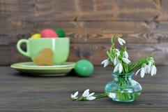 Ostern-Karte mit Frühlingsblumen, Ostereiern und Herzen formte Plätzchen Stockbild