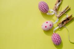 Ostern-Karte und -eier, die an der Wäscheleine hängen ostern Ostern-Symbol Bänder auf gelbem Hintergrund Grenze mit scrapbooking  lizenzfreies stockbild