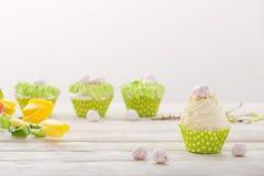 Ostern-kleine Kuchen auf Holztisch stockbilder