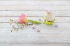 Ostern-kleine Kuchen auf Holztisch stockfotos