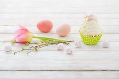 Ostern-kleine Kuchen auf Holztisch stockfoto