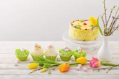 Ostern-kleine Kuchen auf Holztisch lizenzfreie stockbilder