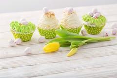 Ostern-kleine Kuchen auf Holztisch lizenzfreie stockfotografie