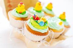 Ostern-kleine Kuchen auf weißem hölzernem Hintergrund Stockfotografie