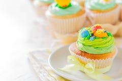 Ostern-kleine Kuchen auf weißem hölzernem Hintergrund Stockbilder