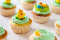 Ostern-kleine Kuchen auf weißem hölzernem Hintergrund Lizenzfreie Stockfotografie