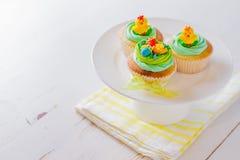 Ostern-kleine Kuchen auf weißem hölzernem Hintergrund Lizenzfreie Stockfotos