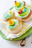 Ostern-kleine Kuchen auf weißem hölzernem Hintergrund Stockbild