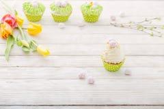 Ostern-kleine Kuchen auf weißer Tabelle lizenzfreie stockfotografie