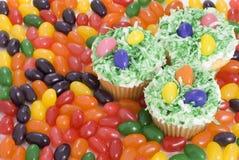 Ostern-kleine Kuchen und Gelee-Bohnen Stockbilder