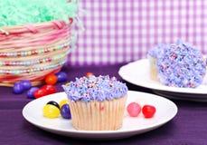 Ostern-kleine Kuchen und Geleebohnen Stockbild
