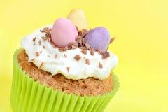 Ostern-kleiner Kuchen mit Schokoladeneiern auf gelbem Hintergrund Lizenzfreies Stockbild