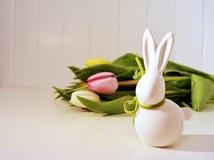 Ostern-Konzept, Frühlingstulpen und Porzellanhäschen Stockfoto