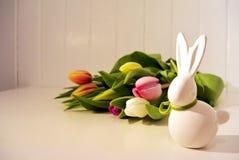 Ostern-Konzept, Frühlingstulpen und Porzellanhäschen Lizenzfreies Stockbild