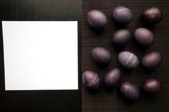 Ostern-Konzept malte Eier auf schwarzem Hintergrund und Rot für holi Stockfotografie