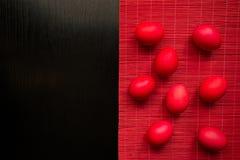 Ostern-Konzept malte Eier auf schwarzem Hintergrund und Rot für holi Lizenzfreie Stockfotografie