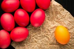 Ostern-Konzept malte Eier auf schwarzem Hintergrund und Rot für holi Stockbild