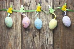 Ostern-Konzepthintergrund mit bunten Eiern auf Band vom abov Stockbild