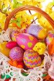 Ostern-Korb mit bunten Eiern Stockfotografie