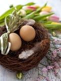 Ostern-Korb mit Eiern Stockfotos