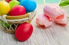 Ostern-Korb mit Eiern Stockfotografie