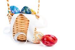 Ostern-Korb mit Eiern und Band Lizenzfreie Stockbilder