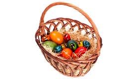 Ostern-Korb mit gemalten Eiern Lizenzfreies Stockfoto