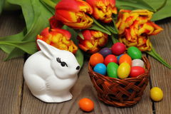 Ostern-Korb mit Ostereiern. Lizenzfreies Stockfoto