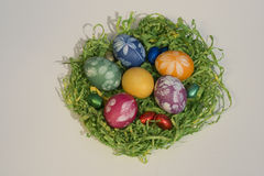 Ostern-Korb mit Ostereiern 3 Stockbilder