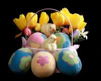 Ostern-Korb mit verzierten Eiern Stockbild