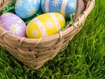Ostern-Korb mit verzierten Ostereiern Stockfotografie