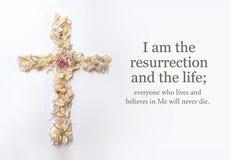 Ostern-Kreuz, das von den Blumen gemacht werden und John-Bibel lassen passieren lizenzfreie stockfotografie