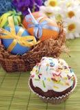 Ostern-Kuchen mit bunten Ostereiern lizenzfreie stockfotos