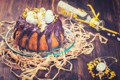Ostern-Kuchen mit der Schokolade verziert Lizenzfreies Stockfoto