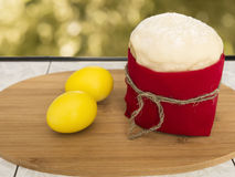 Ostern-Kuchen mit gelben Eiern Lizenzfreie Stockbilder