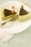 Ostern-Kuchen mit Tee matcha verzierte Schokoladenganache und -materialeier Lizenzfreie Stockfotografie