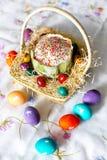 Ostern-Kuchen mit Zuckerglasur und bunte - gelb, rot, violett, grün, Veilchen - Ostereier mit weißen Bildern Stockfoto