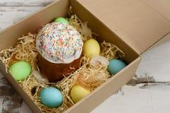 Ostern-Kuchen und bunte gemalte Eier in einem Kasten Stockbild