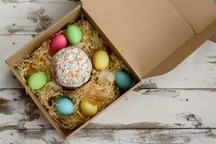 Ostern-Kuchen und bunte gemalte Eier in einem Kasten Lizenzfreie Stockbilder