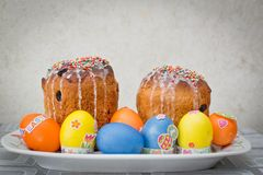 Ostern-Kuchen und Eier - Osterferien lizenzfreies stockbild