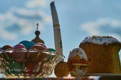 Ostern-Kuchen und farbige Eier Stockbilder