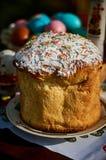 Ostern-Kuchen und farbige Eier Stockfotografie