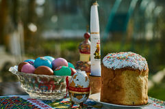 Ostern-Kuchen und farbige Eier Lizenzfreie Stockfotos