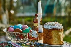 Ostern-Kuchen und farbige Eier Stockbild