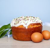Ostern-Kuchen und farbige Eier auf blauem Hintergrund Feiertagsnahrung und Ostern-Konzept Selektiver Fokus Copyspase lizenzfreies stockbild